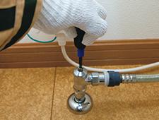 止水栓を閉めて給水を止める